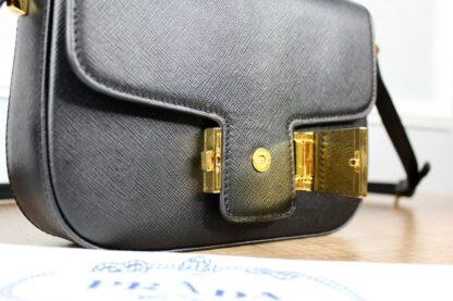 prada canta embleme saffiano siyah 20.5x14 cm