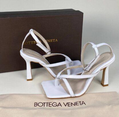 bottega veneta terlik topuklu sandalet beyaz